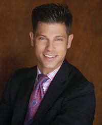 Agente de seguros Adam Robertson